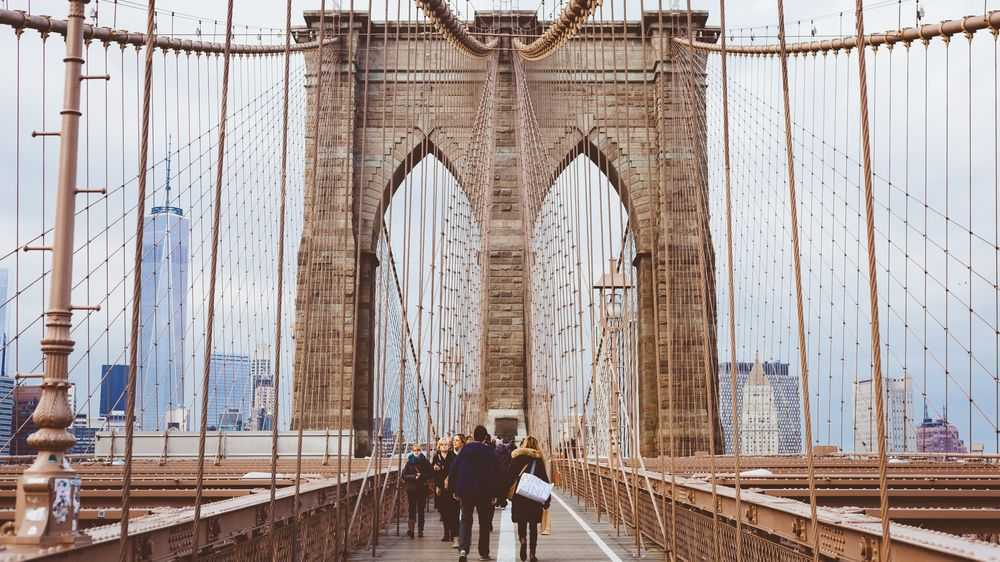 couple brooklyn bridge