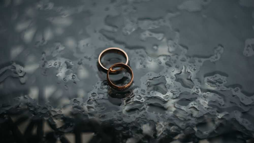 two rings on wet background