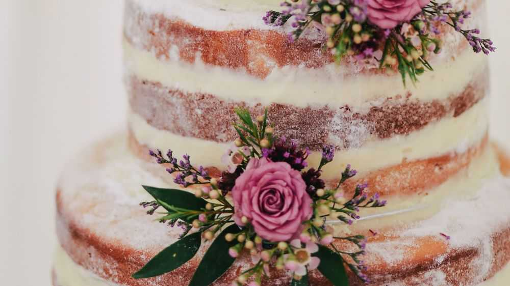 What Is a Naked Wedding Cake and Should You Do It?