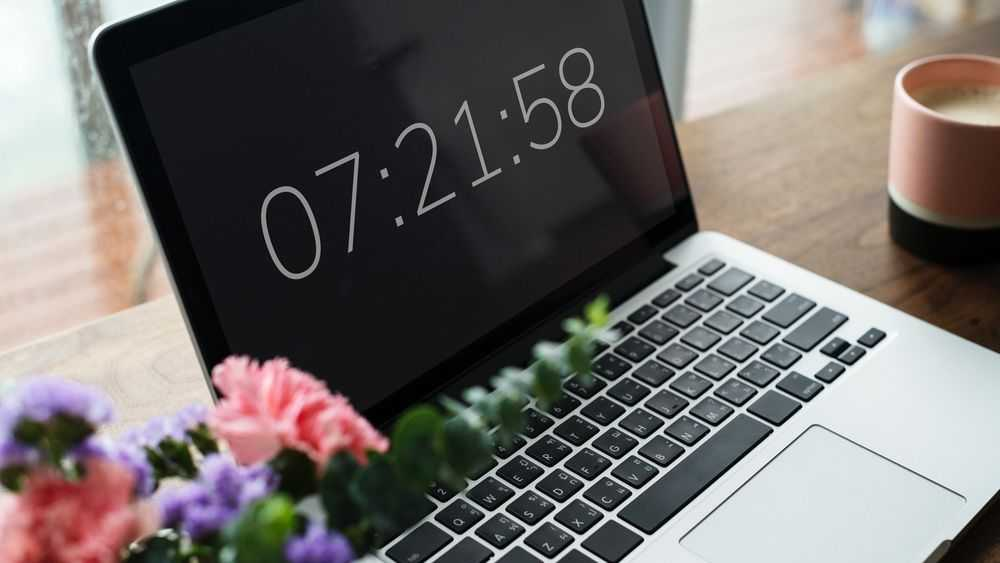 laptop with time at the screen